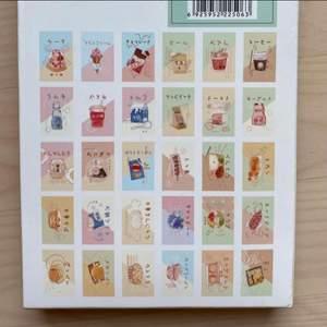 Förpackning med 30 st vykort från Japan. Alla är med olika motiv och har japanska tecken på. Har INTE skrivit på något av dem, alla är i perfekt oanvänt skick.  Kan mötas upp i centrala gbg, annars står köparen för frakt☺️