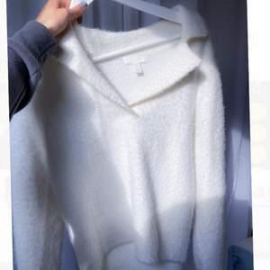 Superskön och trendig tröja med krage, perfekt till sommarkvällar💕