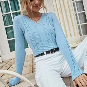 Kort ljusblå tröja med v-ringning och väldigt fin ljusblå färg. Bara några månader gammal och knappt använd. Passformen är tajt och finns i storlek S.