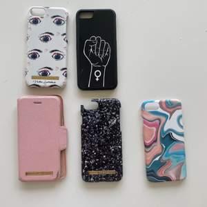 Säljer mina fina mobil skal eftersom jag inte kan använda dem längre💕 3 stycken är från idel of sweden 1 rosa fäll ihop skal, 1 svart skal har en liten skada på sida längst upp och sedan ett med ögon som har lite repor på sidan. Sen har jag ett svart skal med en hand och ett tjej tecken och ett coolt färg glatt skal💕 kontakta om du vill ha mer bilder