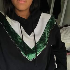 Sandro hoodie med grön och vit detalj🦄⭐️ Köpt för 1200kr och säljer för 400kr, frakt kostnad tillkommer beroende på var den ska skickas. Storlek S men sitter lite oversized!