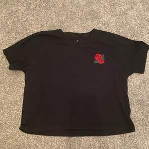 Hollister t shirt med tryck på baksidan och rosor på fram sidan. Använd max 10 ggr. Köparen står för frakten