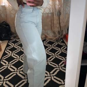 Raka ljusa Tapered Jeans i strl 34. Högmidjade. Knappt använda då dem är lite för tighta för mig i midjan som vanligtvis brukar ha strl 36. Långa för mig som är 162cm lång. Säljer andra saker som  hoodies, tröjor, kjolar såå kika in i min profil!