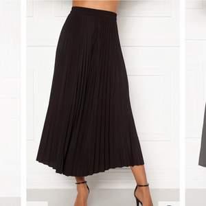 Fin kjol som jag endast använt en gång. Den är från zalando och köpt för 399💕passar Xs-M hör av er för fler bilder eller frågor