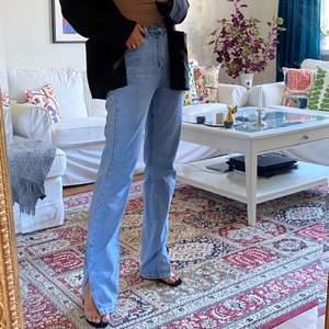 Säljer dessa sjukt snygga oanvända jeans från Boohoo som tyvärr är för stora för mig 💞 De är väldigt långa i benen, är ca 170, så skulle rekommendera för nån som är lite längre än mig ✨ (har klackar på bilderna)