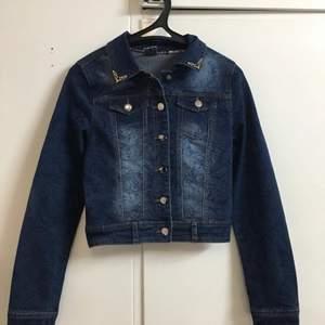 Väldigt fin jeans jacka som är helt Oanvänd! Kan mötas eller fraktas
