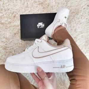 Säljer dessa sjukt snygga nike skorna som passar perfekt nu till våren/sommaren. Använda ca 2-4 gånger men ser fortfarande ut att vara helt nya. Lite för små för mig så därför jag säljer dem, köptes av en annan tjej här på plick som påstod att storlek var 40, men enligt mig är den nog mer en 38-39a. Frakt tillkommer!
