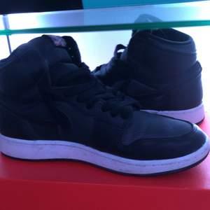 Jordan 1's, storlek 38 säljer för att dem inte passar längre, skriv privat om frågor eller annat. Priset går att diskuteras.
