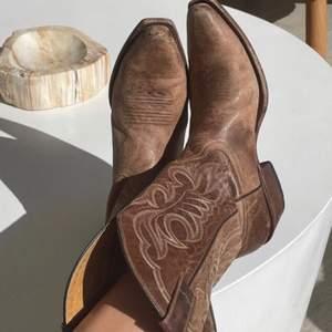 Intresse koll! Super läckra cowboy boots, första bilden är från Kandell Jenners instagram. Dem ser ganska lika ut. Dem är i fin kvalite men tyvär för små för mig. Köpt här på Plick av en underbar person! Det står storleken 39 men är absolut inte de typ 37-38