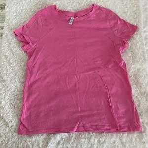 Rosa tshirt från H&M i storlek M. Frakt tillkommer.