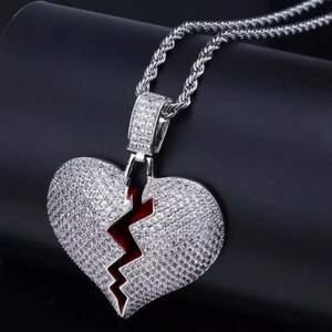 Riktigt coolt halsband med krossat hjärt emblem  - Längd på kedja: 60cm  - Material: Zink, strass stenar  - Frakt: 1-3 dagar. Icke spårbart: gratis frakt. Spårbart: 69kr