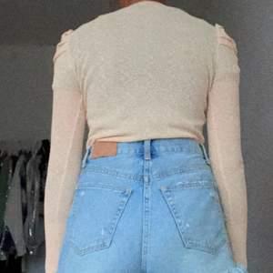 Jätte fin och skön tröja den användes inte ens en gång så den är helt ny förra priset var 179 men säljs för 50💓🦋tröjan är verkligen jätte skön och jätte bra kvalitet💓💓☺️☺️