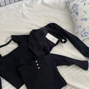 Säljer tre stycken toppar från Zara. Alla är helt nya med prislappen kvar. Säljer då de alla är försmå för mig. Bara att skriva för mer bilder. 💖 det är en långärmad topp med en halvöppen rygg, en långärmad kort kofta och en tub topp med vita knappar. Alla för 250 kr eller 150kr för långärmade toppen, 120 kr för koftan och 60kr för tub toppen 💗💗💗  EDIT: långärmade tröjan såld ❗️