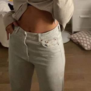 Sjukt snygga jeans från zara i storlek 36, väldigt långa i modellen. skönt och snyggt material, väl andvända men ändå fint skick! Säljer då dom blir lite väl kång för mig som är 160cm.