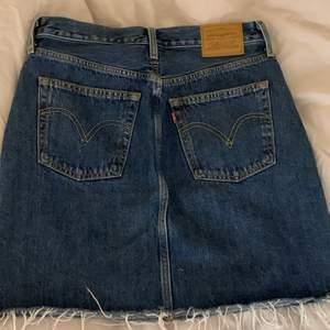 Mörkblå jeanskjol köpt ifrn Levis för 649kr, använd ett fåtal gånger och i bra skick💕 säljer då den är lite stor för mig!