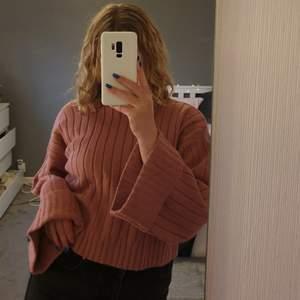 Supermysig rosa stickad tröja som ej kommit till användning!! Köpt på boohoo, aldrig använd endast testad! Köpes direkt för 100kr + frakt💖⚘vid flera intresserade blir det budgivning