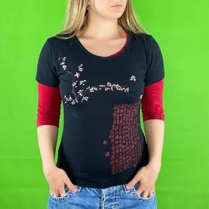 Miss Sixty form fitting t-shirt i toppenskick. Storlek XL men är mindre i storlek. Stretchigt material. Modellen använder vanligtvis storlek S och är 169cm för referens. Den röda undertröjan följer ej med. Spårbar frakt på 66kr är inräknad i priset.  Axel till axel 37.5cm. Arm längd 15cm. Byst bredd 41.5cm.