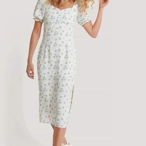 Säljer min jättefina slutsålda klänning från NA-KD x Queen of jetlags. Så otroligt fin men tyvärr för stor på mig. Aldrig använd endast provad men prislappen är borttagen💓 nypris 500kr