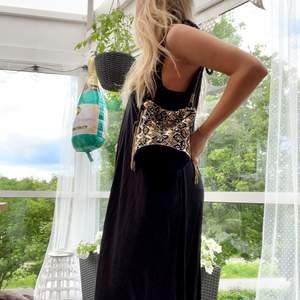Svart superskön långklänning i storlek 34 men den är stor i storleken! Superskönt material!!! ☘️🦚🥬🦎💚🧚♀️ Från ASOS, använd 1 gång. 💚