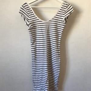 Så himla fin randig klänning i vit och svart med djup rygg och korta ärmar! Mjuk och skön och tight. Underbar på sommaren! XS-S.  Kan mötas i Stockholm eller skicka mot fraktkostnad! ✨🌸✨