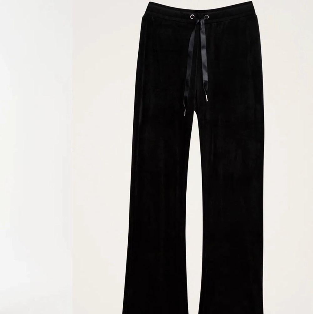 Säljer dessa pga bild nr 2, då jag fått målarfärg på dem nere vid öppningen, frakt 45kr😊. Jeans & Byxor.