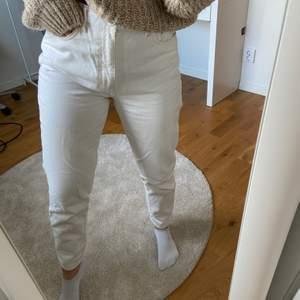 Jättefina vita jeans, säljer pga för stora i midjan. Köparen står för frakten💕