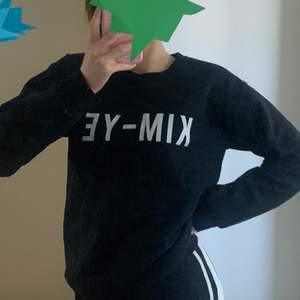 Cool KIM-YE (Kim K och Kanye West) tröja från river island. Nopprig, men mycket kvar att ge ändå. Storlek S! 🥳🥰