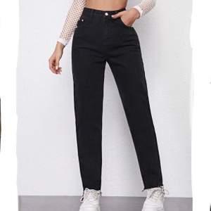 Säljer dessa helt nya svarta jeans, aldrig använda! Säljer pga de var för stora för mig i midjan. Annars var de förvånansvärt bra kvalité💕 köpta för 210