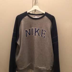 Vintage Nike tjocktröja i fint skick. Riktigt najs tröja som jag tyvärr måste göra mig av med. Priset kan diskuteras en aning vid snabb affär :).
