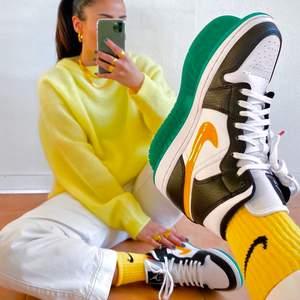 INTRESSEKOLL på mina bebisar: Air Jordan 1, strl 39. Måste rensa ut skor pga flytt och eventuellt måste dessa ryka :( Sparsamt använda - se bild! Jättefint skick. Svår modell att få tag på. Orginalkartong, kvitto och de gröna extrasnörena medföljer självklart :) bud från 1250kr!