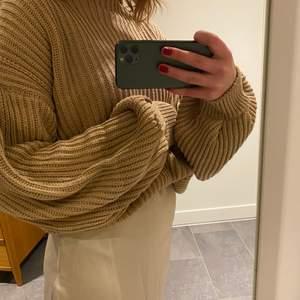Säljer min jättemysiga tröja från NAKD i storlek S.