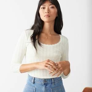 NY med prislapp! Jättefin vit elegant tröja från & other stories! Organic cotton. Säljs då jag köpt i fel storlek. Original pris: 290