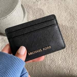 Kortbehållare från Michael Kors. Säljs inte längre. Nypris: ca 800kr. 5 fack. Mått: 10 x 7 cm