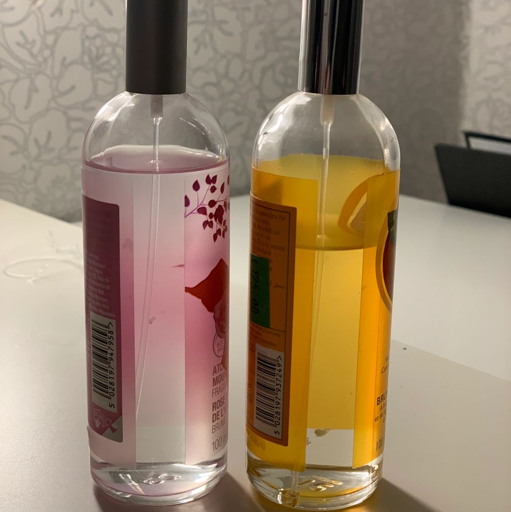 Två stycken parfymer! De luktar super gott!🥰 ni ser på bilden hur mycket de är använda!. Accessoarer.