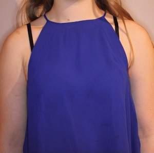 Somrig, fin blus från Zara med hög nacke. Ca 4 år gammal men ganska oanvänd. Jättefina detlajer längst ner längs blusen, dubbelt tyg så den är inte heller genomskinlig.