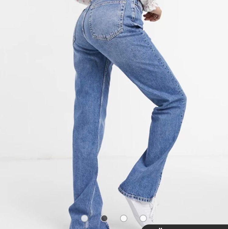 Raka blå jeans i 90-talsstil med slits nertill från Pull&Bear. Jättefina men tyvärr för stora för mig och säljer därför. Kontakta för mer bilder🥰🥰 st 36, buda i kommentarerna . Jeans & Byxor.