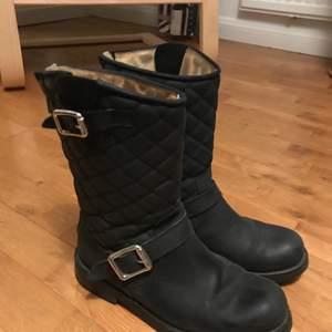 Super fina stövlar/skor, färgen är svart, i jätte bra skick knappt använda. Storlek 39 😊 vid intresse eller frågor så är det bara att skicka ett meddelande!