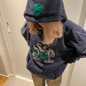 Super snygg vintage hoodie med tryck på! Storlek XXL men sitter snarare som en L/XL. Cond: Bra-Mycket bra. Buda i kommentera! Startbud 100kr!  budgivningen avslutas 17/2 kl 15:00