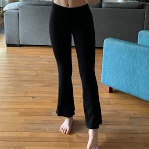 Svarta utsvängda ginatricot byxor, super sköna men har endast använda dem ca 3 gånger så in princip som nya. Säljs också pågrund av att de är för korta för mig nu, är 172cm. Frakten ingår i priset (42kr)😊 hör av dig vid intresse