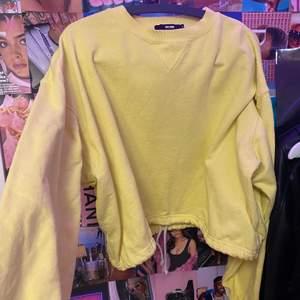 En jättefin gulfärgad swatshirt med snöre i slutet av tröjan som man kan ha löst eller spänna hur man vill. Feån bikbok⚡️⚡️💕💕