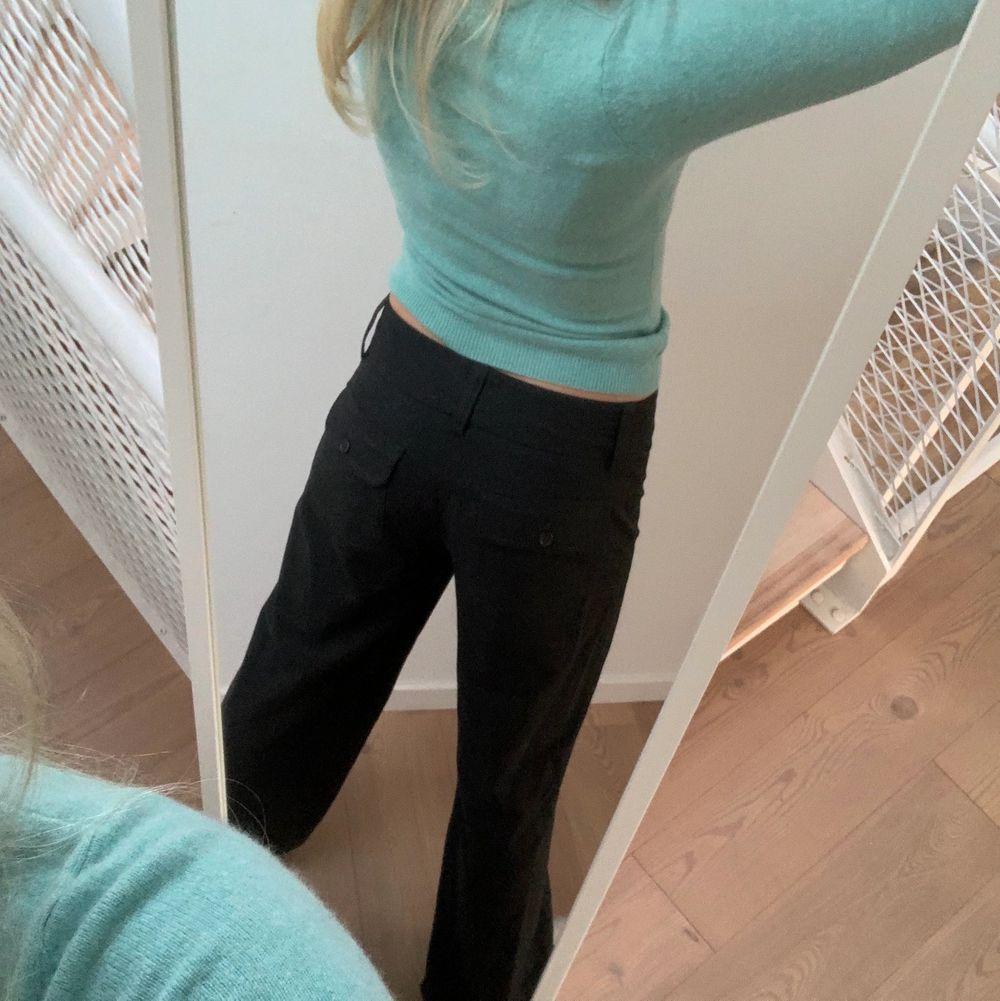 Utsvängda kostymbyxor i ull. Lite stora på mig som är XS men det beror på hur man föredrar att de ska sitta. Jeans & Byxor.