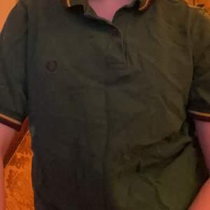 skön som grön 2009 fred perry collar tröja, 100% bomull! jättebra skick men har använts rätt så många gånger. tar emot bud och byter även mot andra klädesplagg, frakt diskuteras! <3