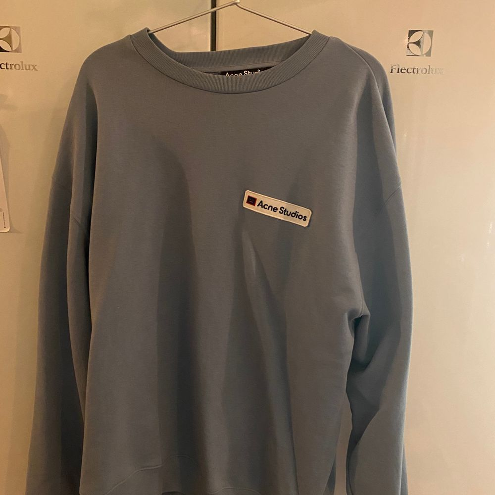 Säljer min Acne sweatshirt, som jag köpte på Paul N Friends i somras för ca 2500kr. Använd 2-3 ggr så skick är gott som ny. Ej kvitto tyvärr. Köpare står för frakt alt mötas i sthlm :). Tröjor & Koftor.