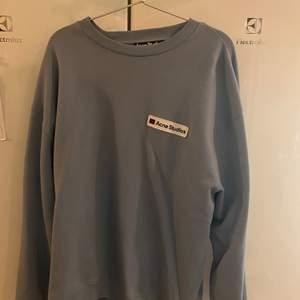 Säljer min Acne sweatshirt, som jag köpte på Paul N Friends i somras för ca 2500kr. Använd 2-3 ggr så skick är gott som ny. Ej kvitto tyvärr. Köpare står för frakt alt mötas i sthlm :)