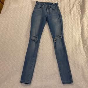 Tighta högmidjade jeans med hål från Dr.Denim i storlek XS 💙💙 Modell: Lexy Light Stone Destroyed. Jeansen är i mycket fint skick och är använda fåtal gånger 😚 Samfraktar gärna med andra plagg och betalning sker via Swish <33