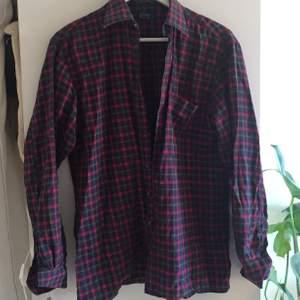 Herrskjorta. Snyggt oversized på mig som e s/m. Färgerna på andra bilden e som de ser ut i verkligheten.