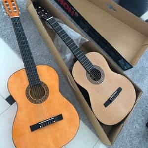 Två gitarrer som säljs pågrund av man inte fått användning för dem!! 600kr för en, för båda 1000 Ena är helt ny, köpt för 700kr och den andra behöver bara stämmas!! ☺️