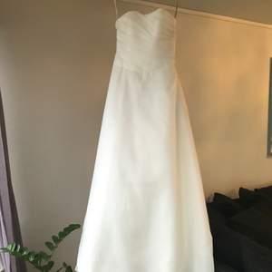 Brudklänning med släp i märket Alicja Eklöw i storlek 36, diskret dragkedja bak. Säljes pga inställt bröllop