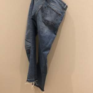 Snygga vardags jeans med en kom avslutning strl 36