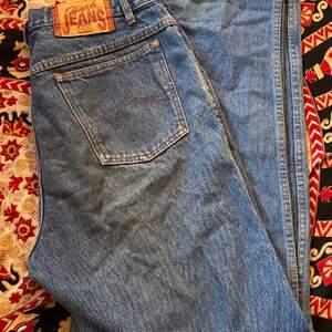 Blåa baggy jeans som är köpta secondhand men dom är i bra skick!❤️